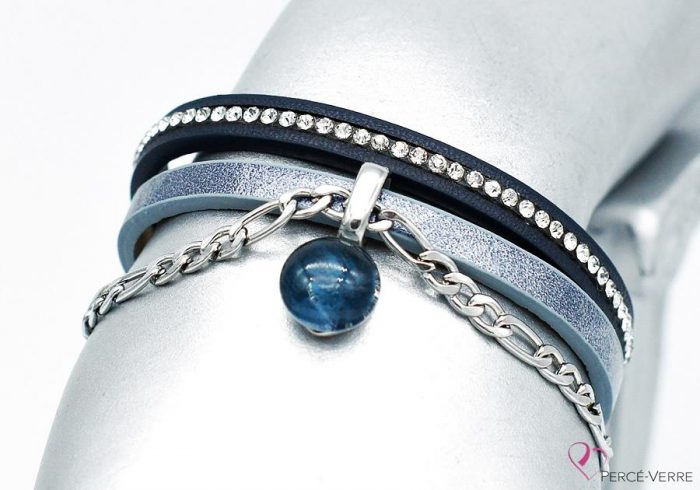 Féminité et unicité : deux mots qui résbracelet bleu jeans avec breloque, collection Chic #1522